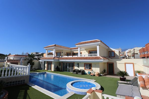 Interesting investment villa close to Tenerife South Airport!